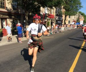 doc-on-the-run-sets-world-record-in-5-mile-distance-wearing-a-kilt-400x334